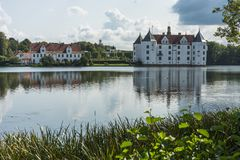 Lado oeste do castelo de Gluecksburg com lagoa, Schleswig-Holstein, Alemanha imagem de stock royalty free