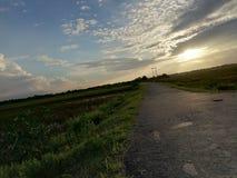 Lado público del camino del tecleo de la naturaleza de las puestas del sol imagenes de archivo