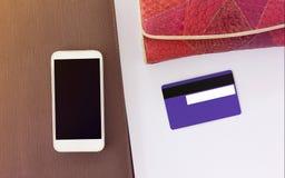 Lado raro o trasero de la tarjeta de crédito con área de la firma en blanco con Fotos de archivo
