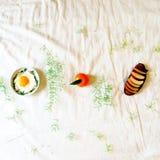 Lado soleado ascendente y pan con la manzana en ella para el desayuno Foto de archivo libre de regalías
