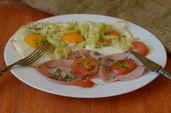 Lado soleado encima de los huevos con las cebolletas, los tomates, la pimienta y el salami Imagen de archivo libre de regalías