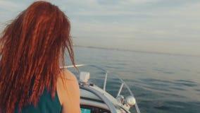 Lado trasero de la muchacha en barco de motor del buey del vestido de la turquesa Puesta del sol hermosa driver almacen de metraje de vídeo