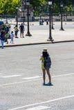 Lado trasero de la mujer joven que toma una foto Imagenes de archivo