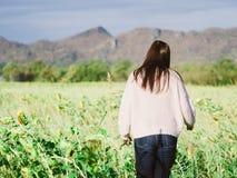 Lado trasero de la mujer larga joven del pelo con el soporte del paño del invierno y Foto de archivo