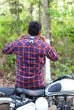 Lado trasero de un modelo del hombre joven que sostiene su cuello de la camisa foto de archivo libre de regalías