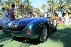 Lado trasero y espectadores del spyder de Ferrari del vintage Imagen de archivo libre de regalías