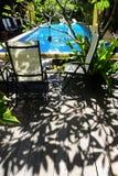Lado tropical soleado de la piscina fotos de archivo