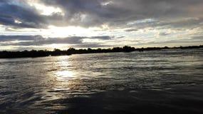 Lado zambiano de la puesta del sol del río Zambezi Foto de archivo libre de regalías