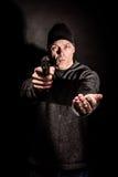 Ladrão com uma arma Imagens de Stock