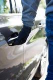 Ladrão de carro Trying Door Handle para ver se o veículo é fechado Imagem de Stock