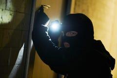 Ladrão do assaltante na máscara Arrombamento de um apartamento fotografia de stock royalty free