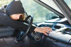 Ladrão do assaltante que quebra no smartphone do roubo de carro imagens de stock royalty free