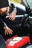 Ladrão do assaltante que rouba o smartphone e o saco do carro Imagens de Stock