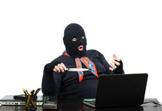 Ladrão do computador que guarda a memória da carne do usb na faca Imagem de Stock