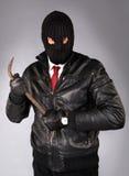 Ladrão em uma máscara com uma pé de cabra fotos de stock royalty free