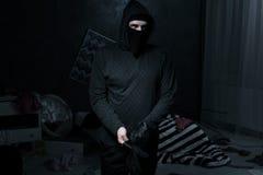 Ladrão em uma sala escura fotografia de stock