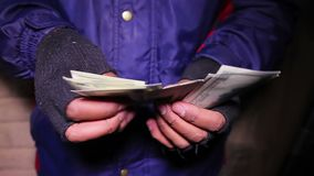 Ladrão masculino que conta o dinheiro roubado Renda calculadora do membro do grupo da máfia vídeos de arquivo