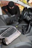 Ladrão que rouba um carro Imagens de Stock Royalty Free