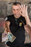 Ladrón con el cuchillo que toma el dinero de la víctima Foto de archivo libre de regalías