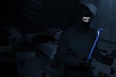 Ladrón con la palanca imagenes de archivo
