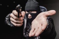 Ladrón con un arma aming fotos de archivo