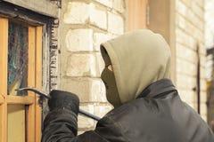 Ladrón con una palanca imagen de archivo