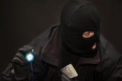 Ladrón cuidadoso con el dinero a disposición Imagen de archivo