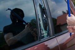 Ladrón del coche con la palanca Foto de archivo libre de regalías