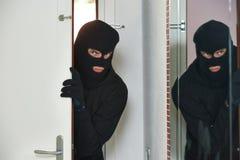 Ladrón del ladrón en la fractura de casa foto de archivo