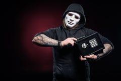 Ladrón en arma de la tenencia de la máscara foto de archivo libre de regalías