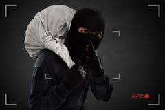 Ladrón enmascarado cogido en la cámara de seguridad imagen de archivo