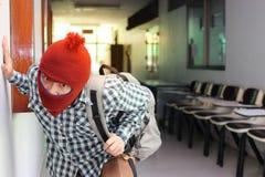 Ladrón enmascarado con los bolsos que entran en la casa lista para confiar crimen fotos de archivo libres de regalías