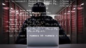 Ladrón que corta en el ordenador portátil almacen de metraje de vídeo