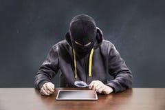 Ladrón que corta seguridad del móvil de la tableta foto de archivo
