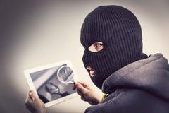 Ladrón que corta seguridad del móvil de la tableta fotografía de archivo libre de regalías