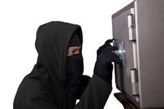 Ladrón que intenta abrir una caja fuerte Imagenes de archivo