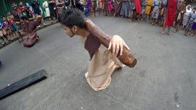 Ladrón que lleva la reconstrucción cruzada de la crucifixión almacen de metraje de vídeo