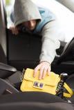 Ladrón que roba el bolso del coche Imagenes de archivo