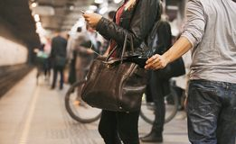Ladrón que roba la cartera en la estación de metro Fotos de archivo