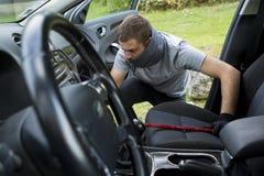 Ladrón que roba un coche Imágenes de archivo libres de regalías