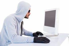 Ladrón serio que corta en el ordenador portátil Foto de archivo libre de regalías
