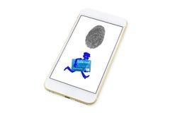 Ladrón travieso en una máscara que roba una tarjeta de crédito bancaria y un funcionamiento lejos y un icono de la huella dactila Fotos de archivo