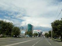 Ladrões da rua na cidade de Chelyabinsk na direção do quadrado da revolução imagem de stock