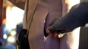 Ladr?n del carterista que roba el monedero del viajero de la se?ora, ?ndice de criminalidad del transporte p?blico fotografía de archivo libre de regalías