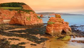 Ladram的印象深刻的红砂岩在侏罗纪海岸,英吉利海峡海岸的一个世界遗产名录站点咆哮南部 库存照片