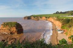 Ladram-Bucht Devon England Großbritannien mit dem Felsenstapel des roten Sandsteins gelegen zwischen Budleigh Salterton und Sidmo Lizenzfreies Stockfoto
