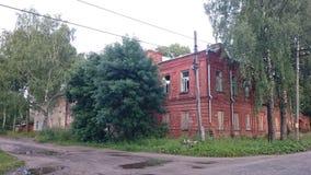 Ladrillo abandonado y casas de madera en el pishchita, situado en Ostashkov, región de Tver, Rusia imagenes de archivo