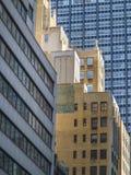 Ladrillo alto y edificios de cristal en Manhattanocupado y apretado Imágenes de archivo libres de regalías