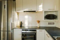 Ladrillo blanco en cocina contemporánea Fotos de archivo libres de regalías