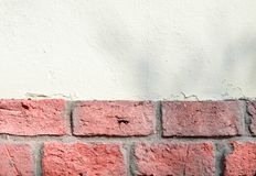 Ladrillo coralino mezclado y fondo blanco de pared de piedra imagen de archivo libre de regalías